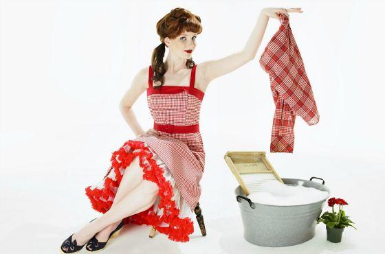 Девушка стирает