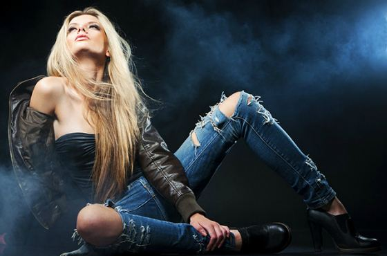 Девушка в потертых джинсах