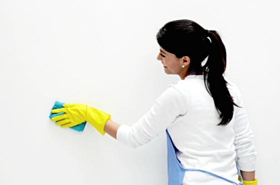 девушка моет стену