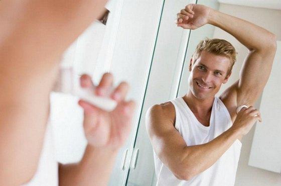 мужчина с дезодорантом
