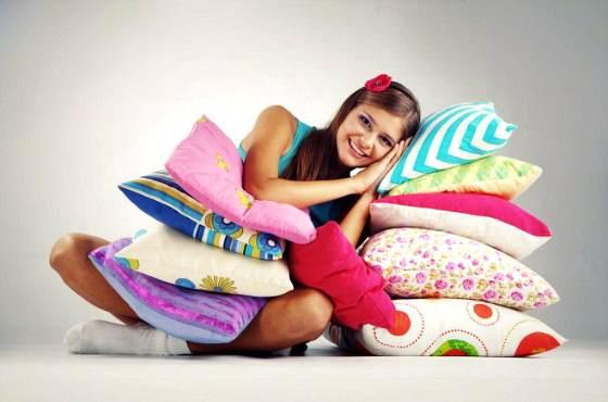 девушка на подушке