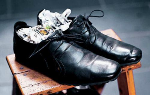 мокрая газета в туфлях