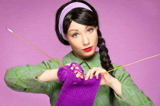 девушка за вязанием