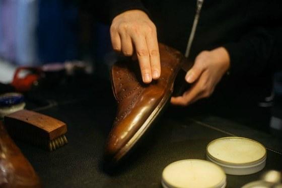 Обработка обуви воском