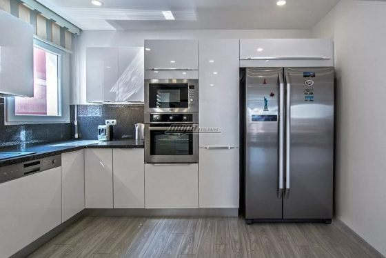 Холодильник с наклейками в интерьере